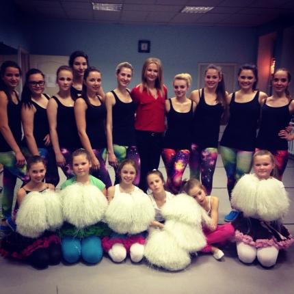 Par Karsējmeiteņu pulciņu un Mūdienu deju grupu- radošu, aktīvu meiteņu pulciņš, kuras mīl dejot. Priecājamies par patīkami pavadīto laiku, apmaināmies ar pozitīvo enerģiju un kārtīgi uzturam sevi formā :)Skolotāja Kitija Zosa
