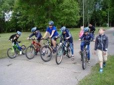 Velo pulciņa vadītājs Ģirts Donerblics organizēja velokrosu nometnes dalībniekiem.